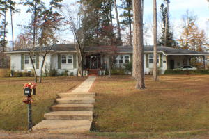 368 Lakeview Dr, Columbus, MS 39705