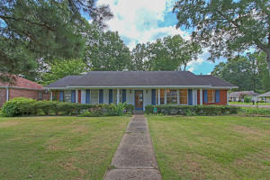 GREAT LOCATION ON A DED END STREET WITH CARPORT, FENCED YARD, AND RIGHT BY BAPTIST HOSPITAL AND DOWNTOWN COLUMBUS.