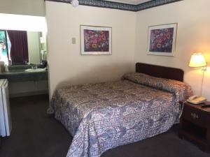 N-Queen bed