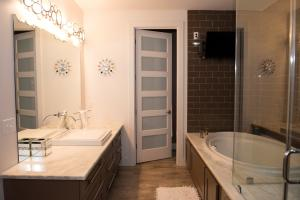 70 Poolhouse Bathroom