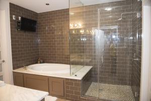 71 Poolhouse Bathroom