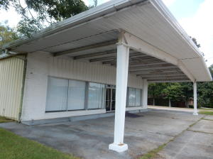 Commercial location in excellent condition. Downtown. Block off Main St.