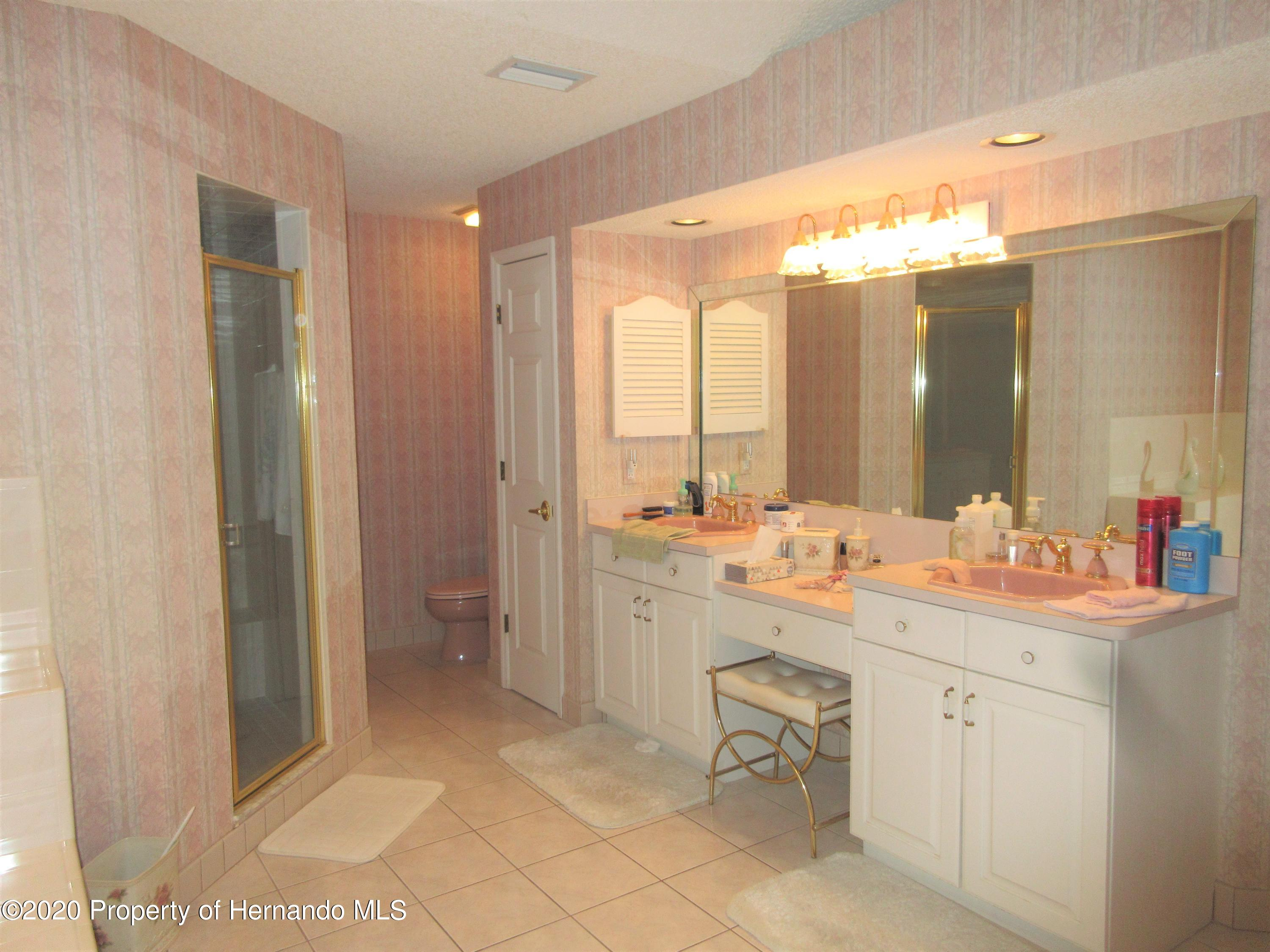 Listing photo id 14 for 2182 Waterfall Drive