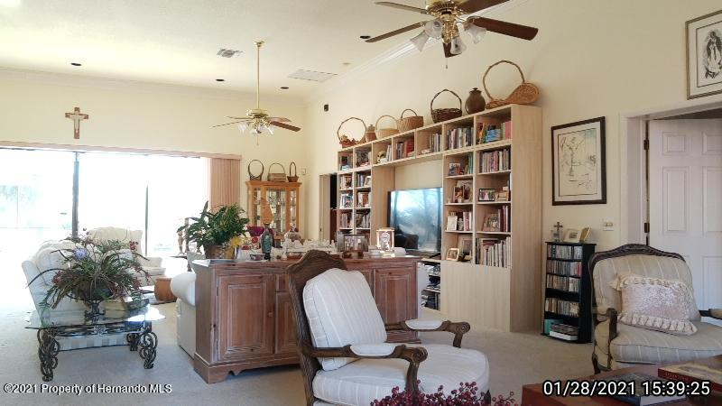Listing photo id 17 for 10013 Twelve Oaks Court