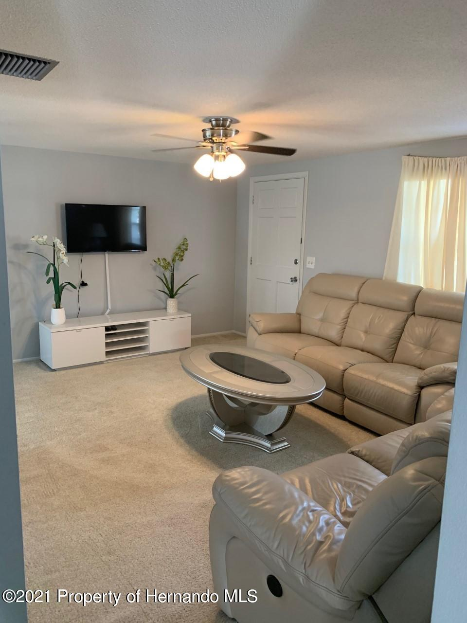 Listing photo id 3 for 5522 Violet Drive
