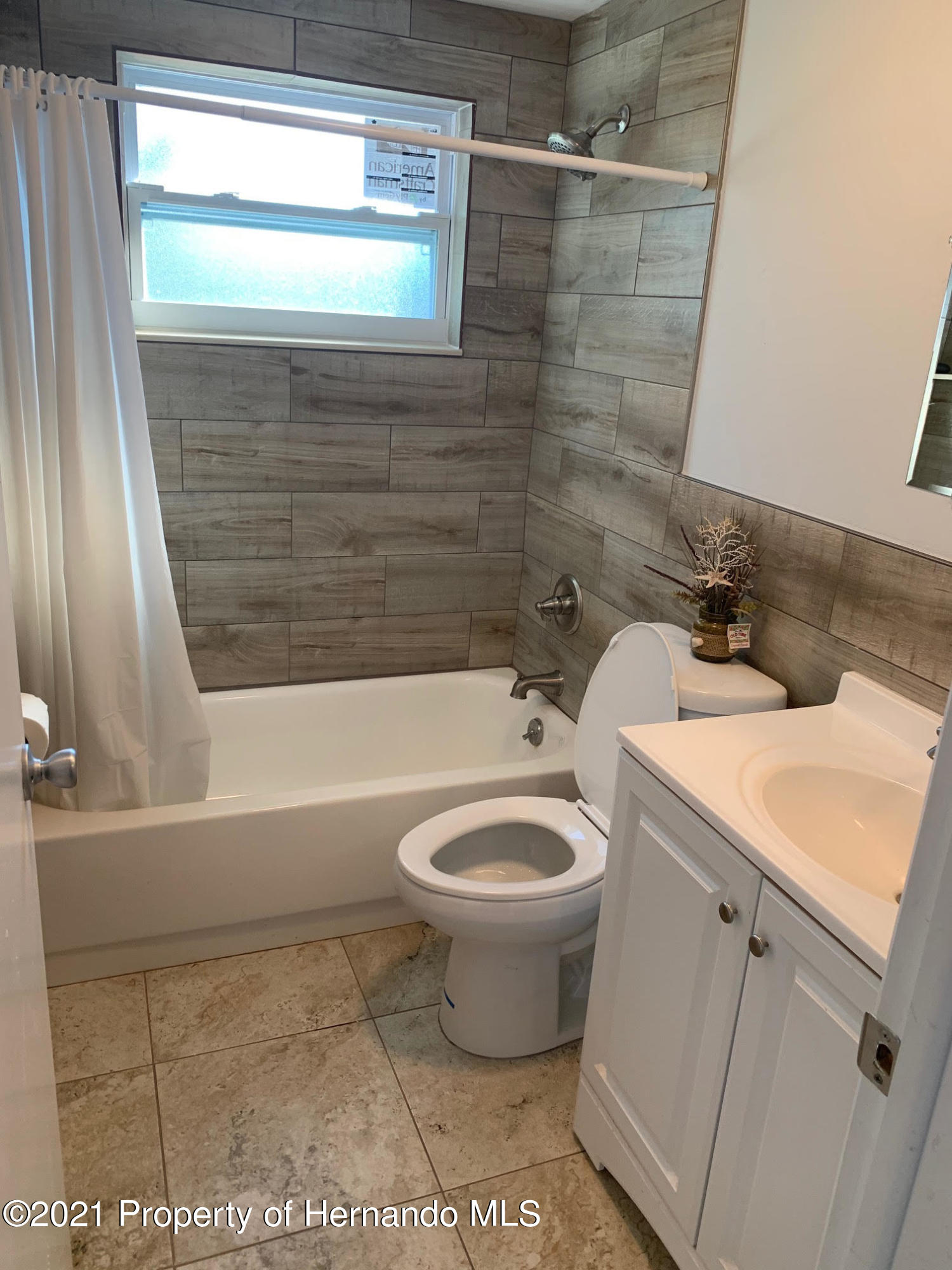 Listing photo id 14 for 5522 Violet Drive