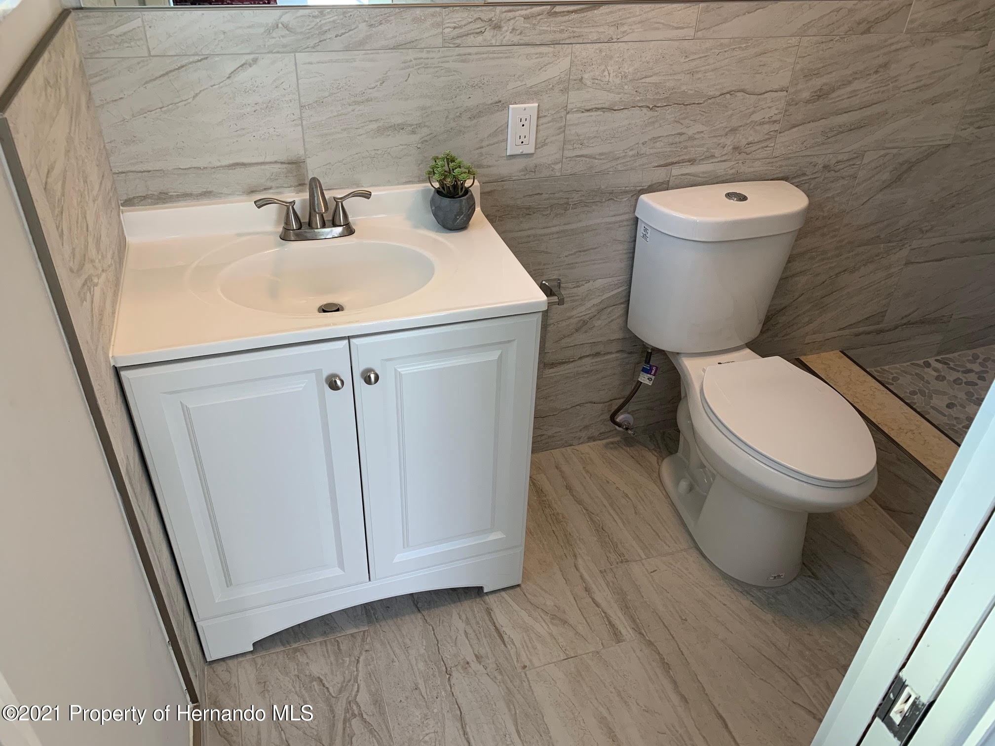 Listing photo id 13 for 5522 Violet Drive