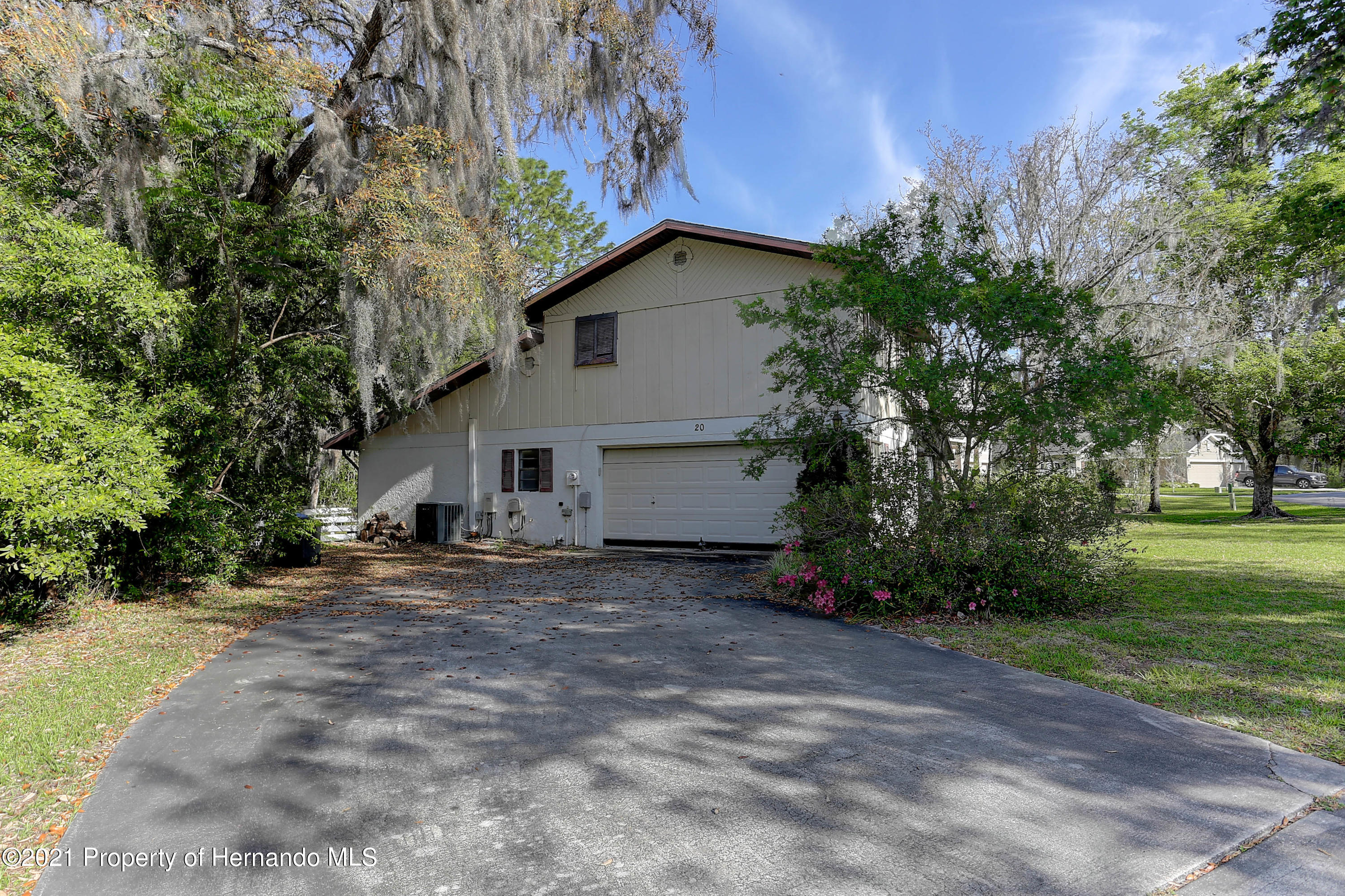 Listing photo id 3 for 20 Holly Court