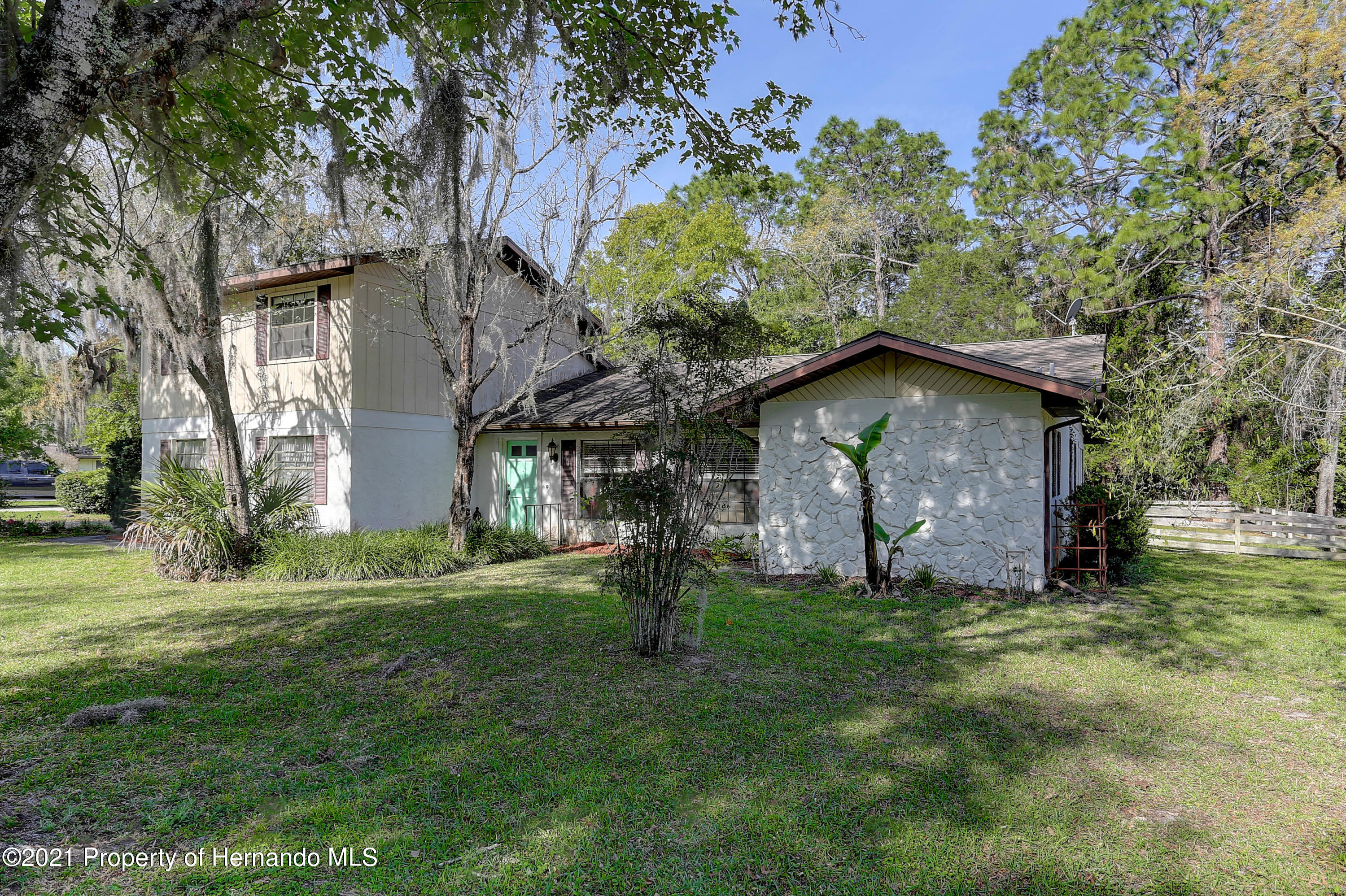 Listing photo id 4 for 20 Holly Court