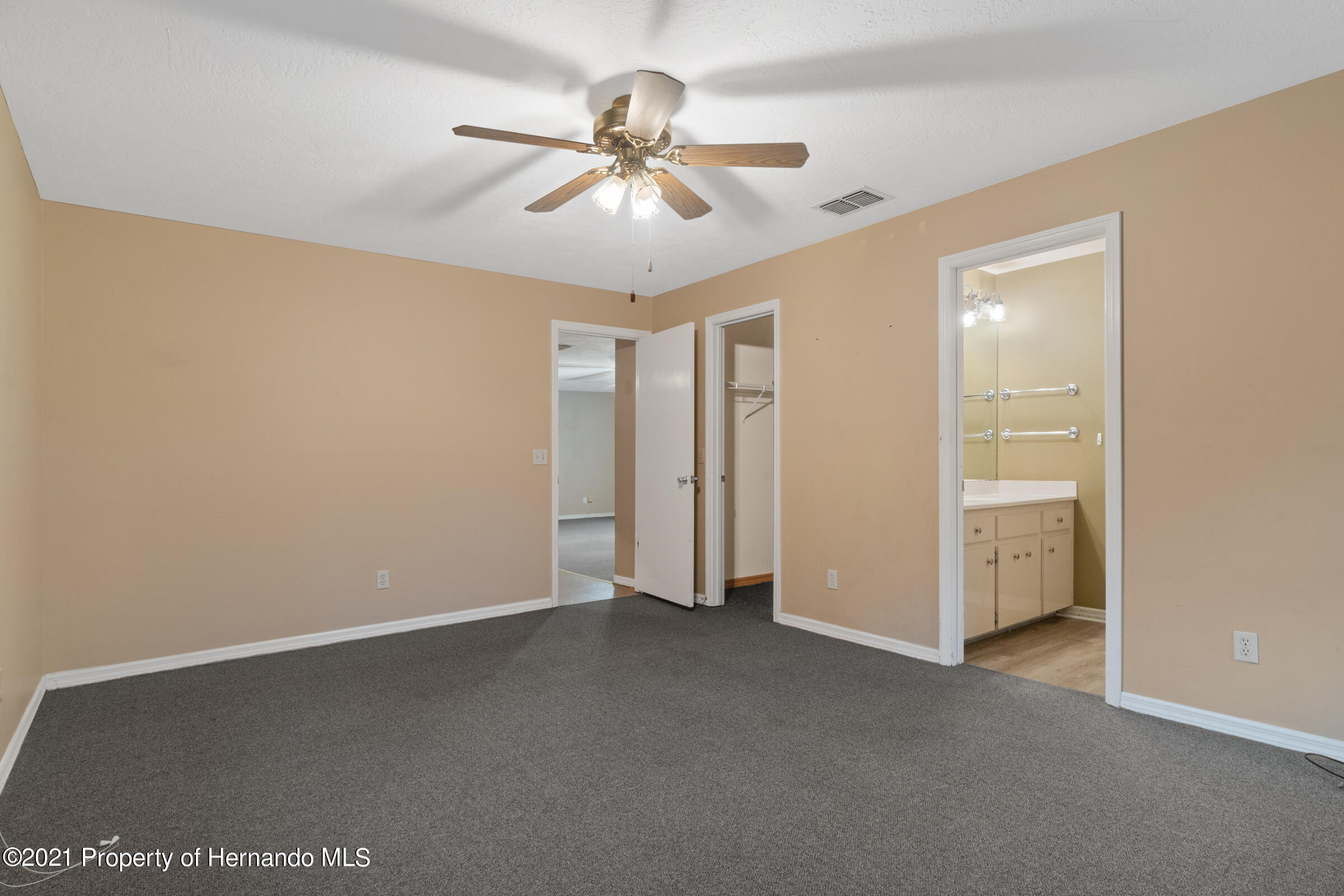 Listing photo id 20 for 8818 Filly Point