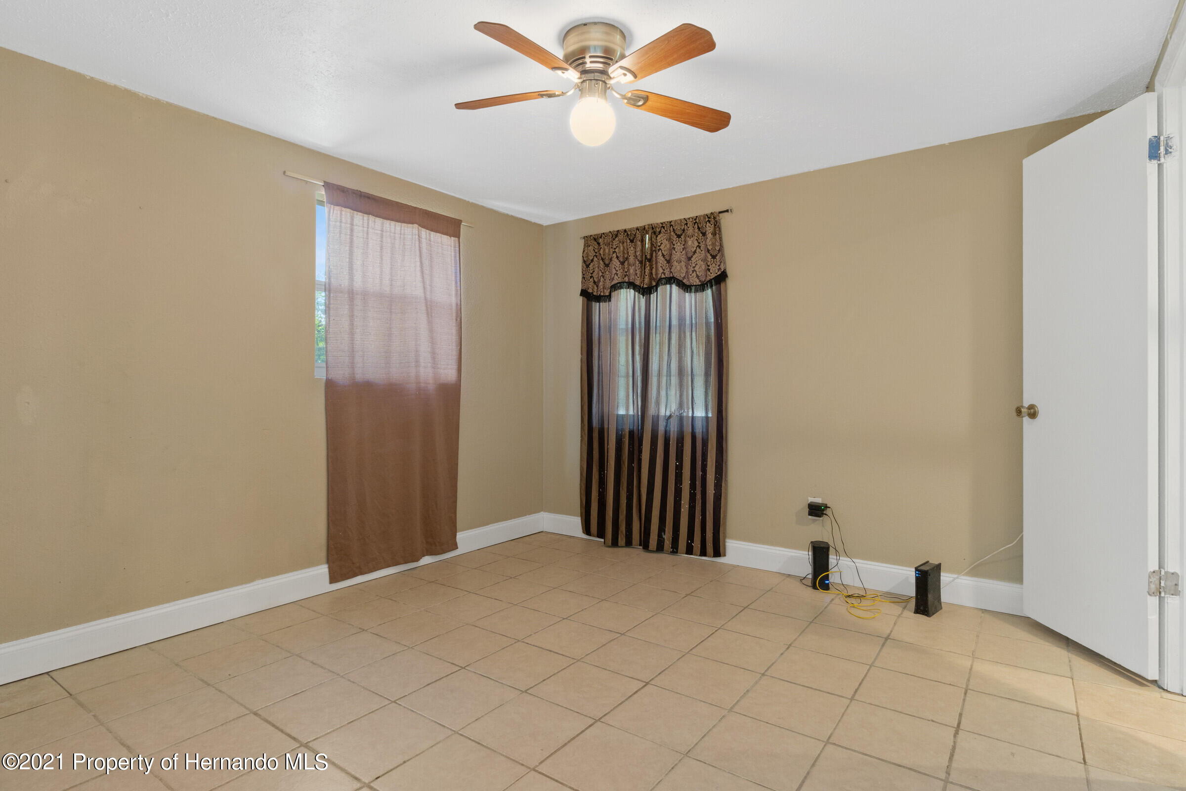 Listing photo id 21 for 573 S Little John Avenue