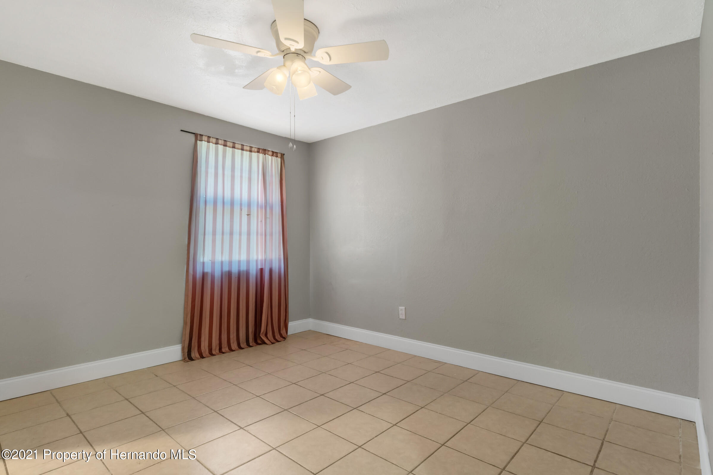 Listing photo id 27 for 573 S Little John Avenue