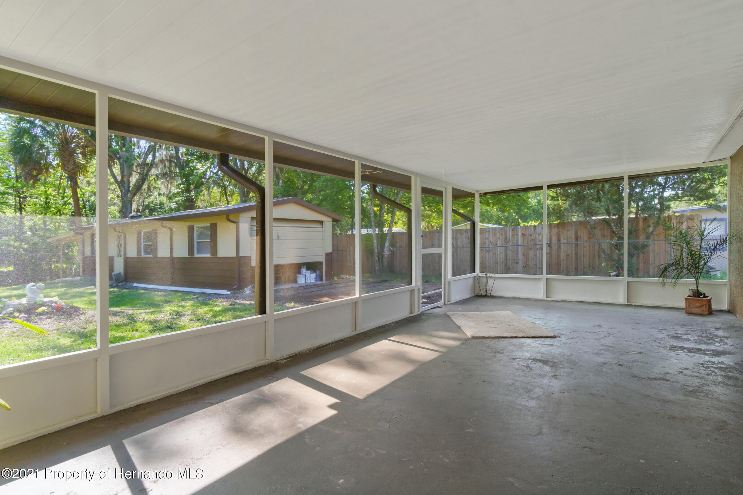 Listing photo id 33 for 573 S Little John Avenue