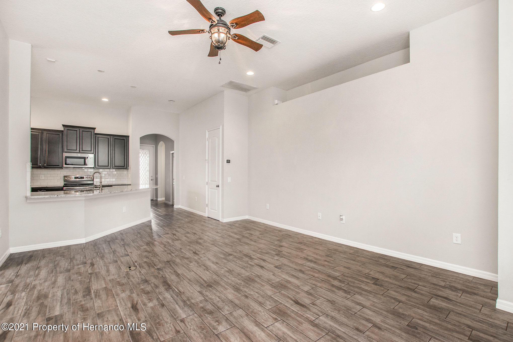Listing photo id 4 for 607 Old Windsor Way