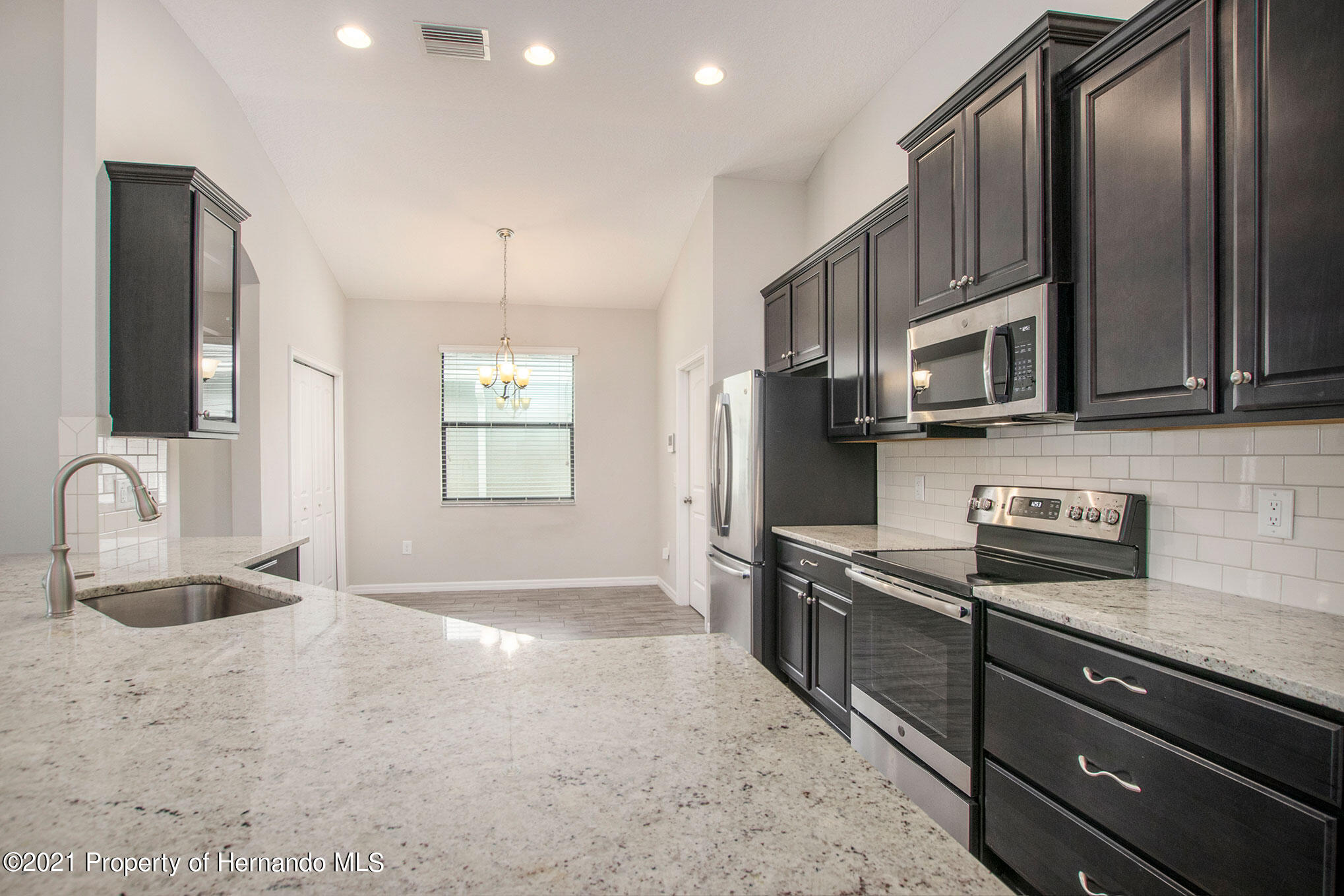 Listing photo id 5 for 607 Old Windsor Way