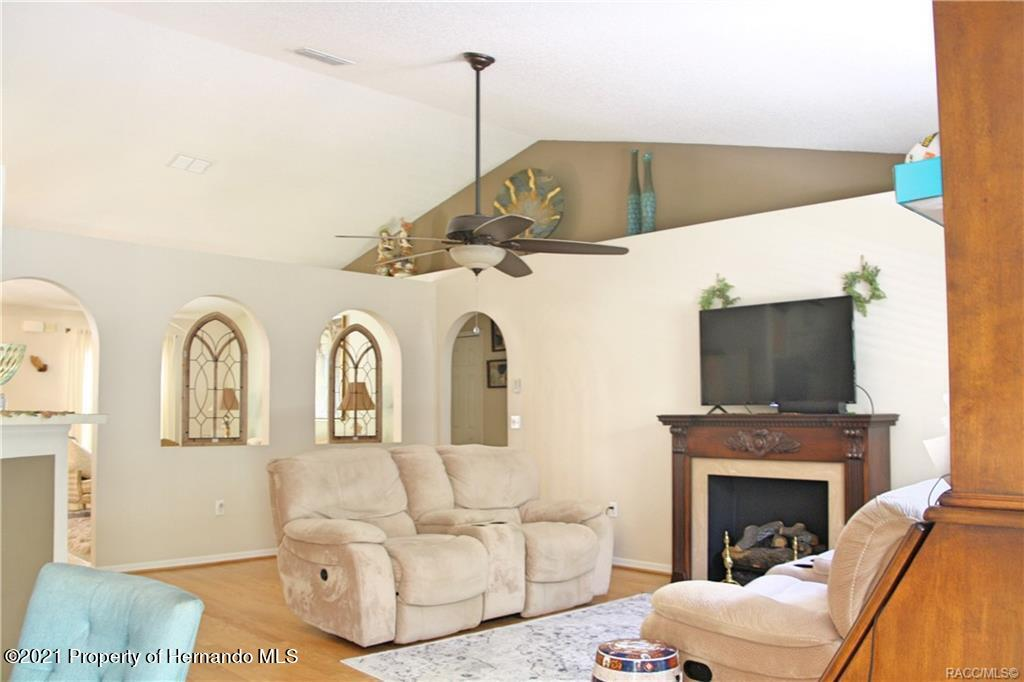 Listing photo id 13 for 165 Greenbriar Place
