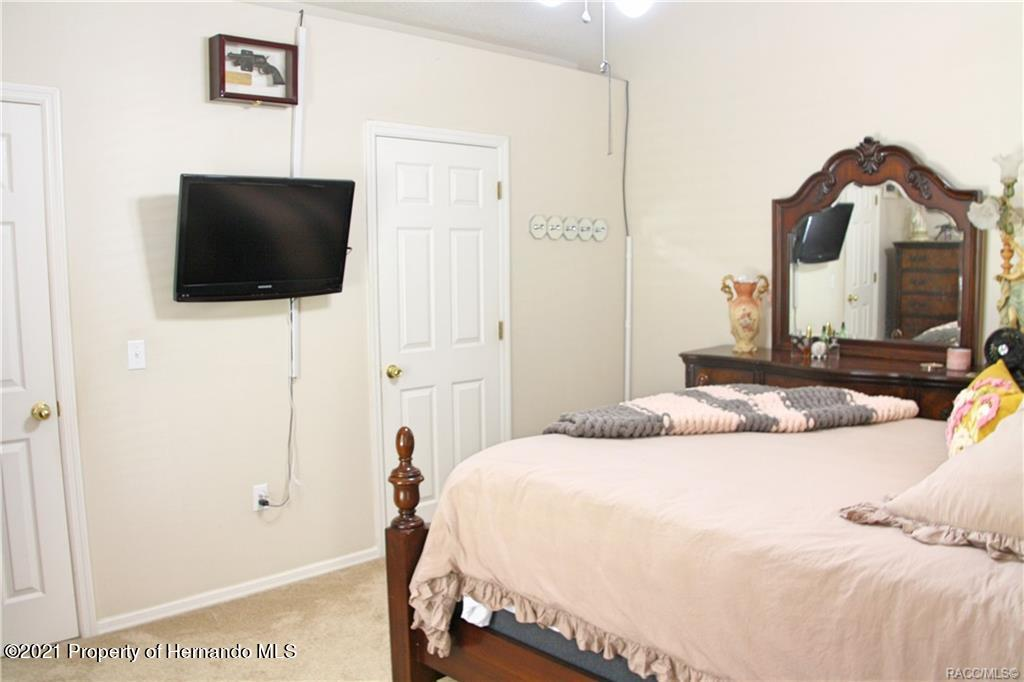 Listing photo id 16 for 165 Greenbriar Place