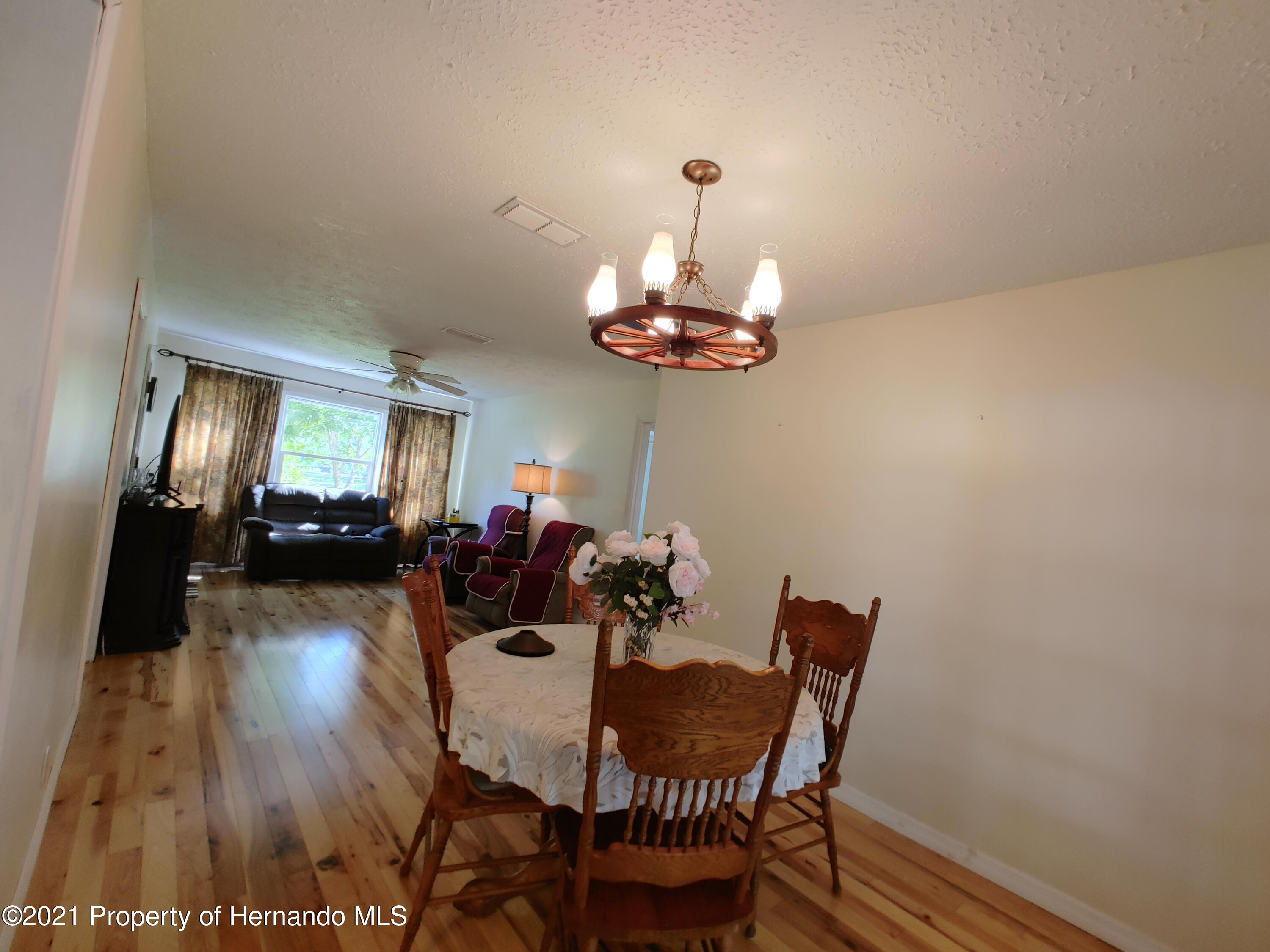 Listing photo id 3 for 7939 W Riverbend Road