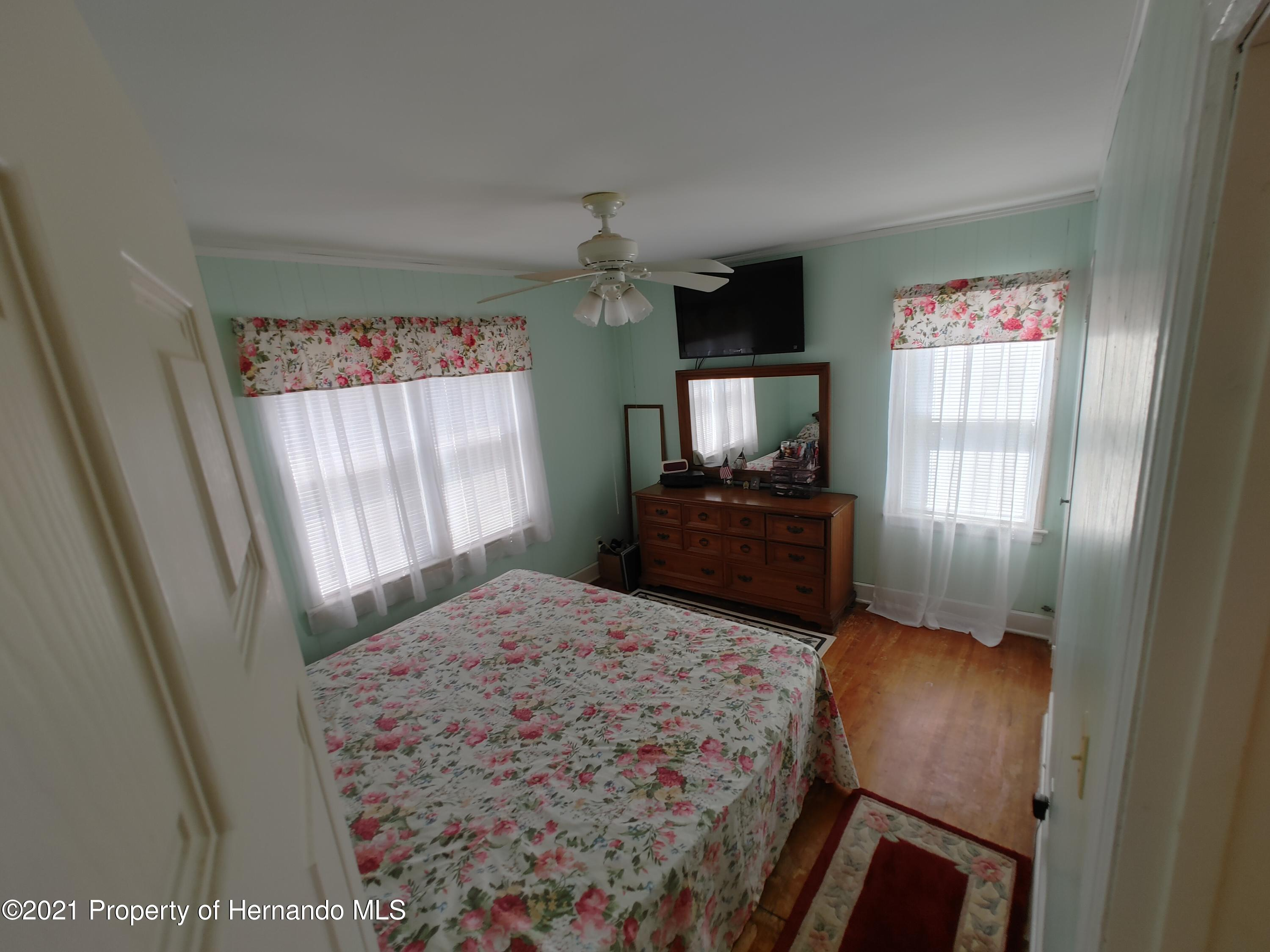Listing photo id 9 for 7939 W Riverbend Road