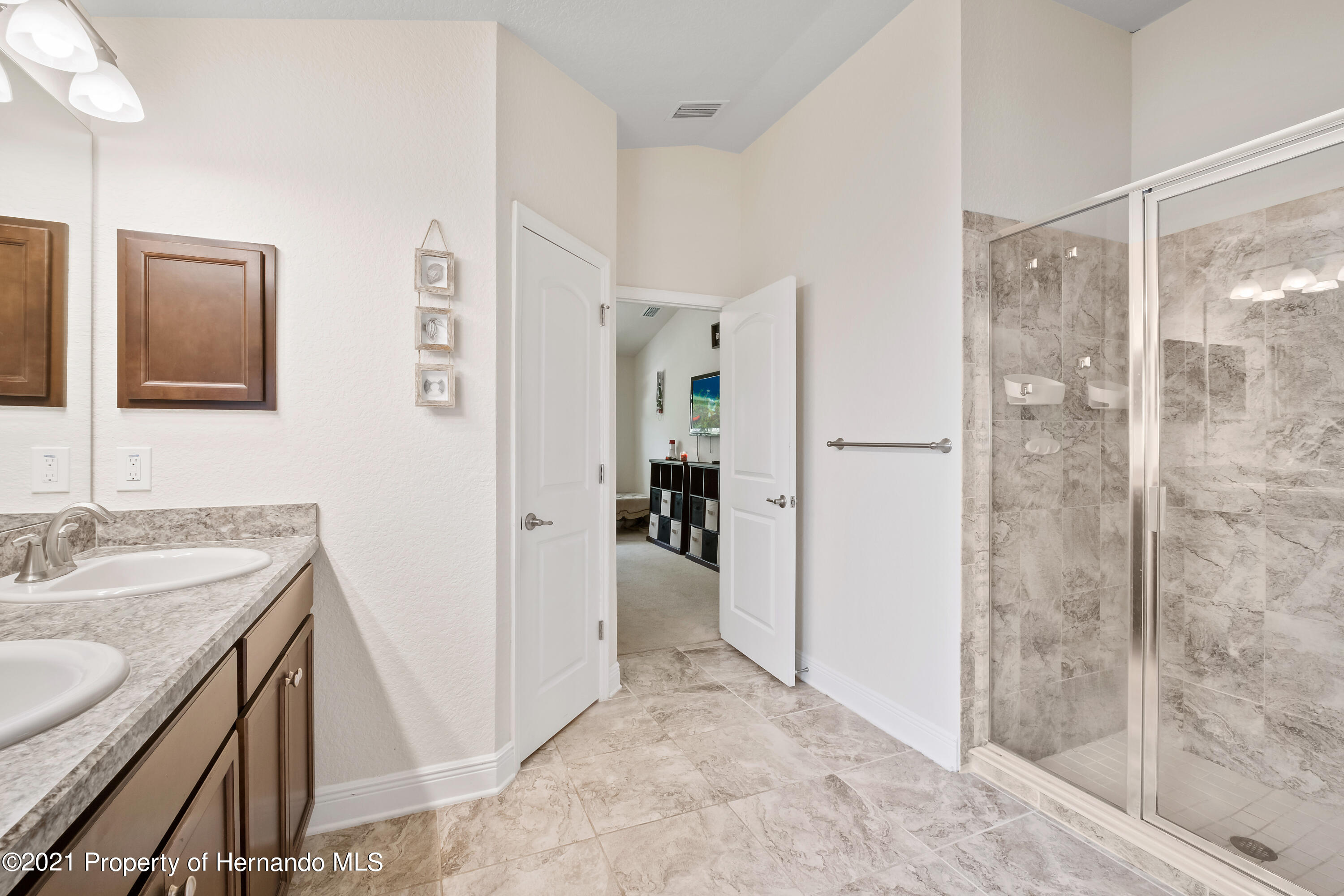 Listing photo id 17 for 3560 N Burroughs Path