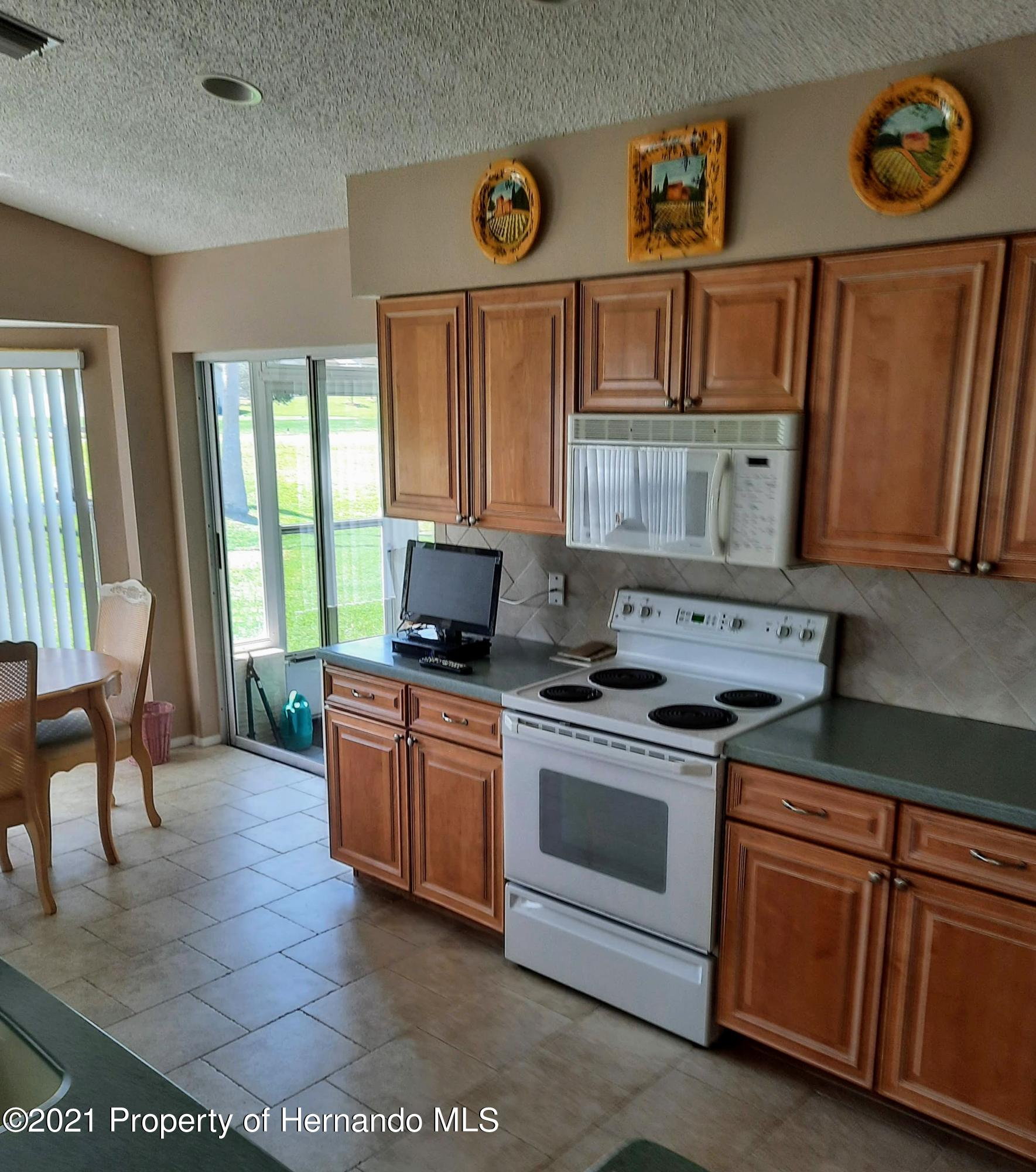 Listing photo id 3 for 8172 Laurel Green Drive