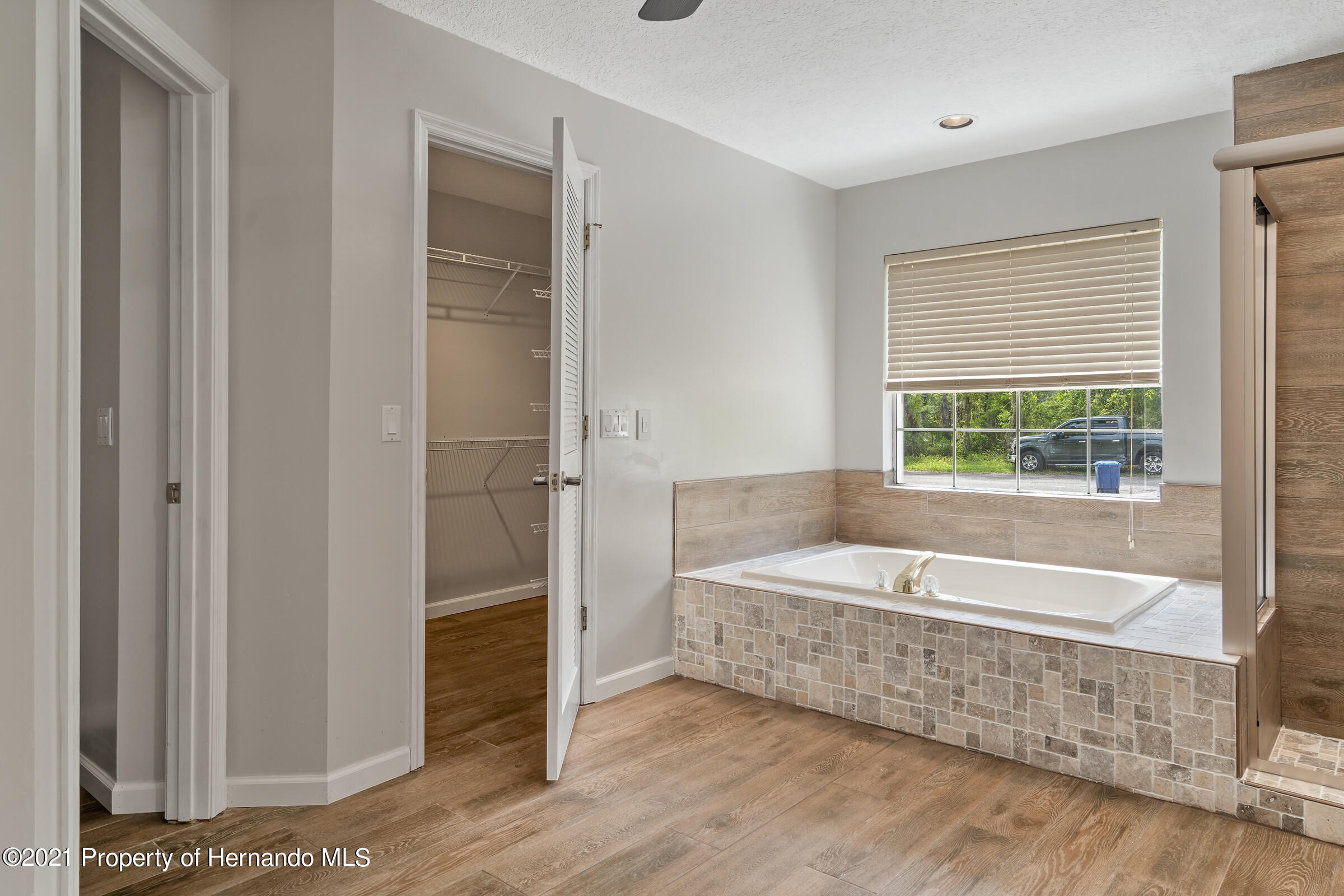 Listing photo id 27 for 36 Redbay Court