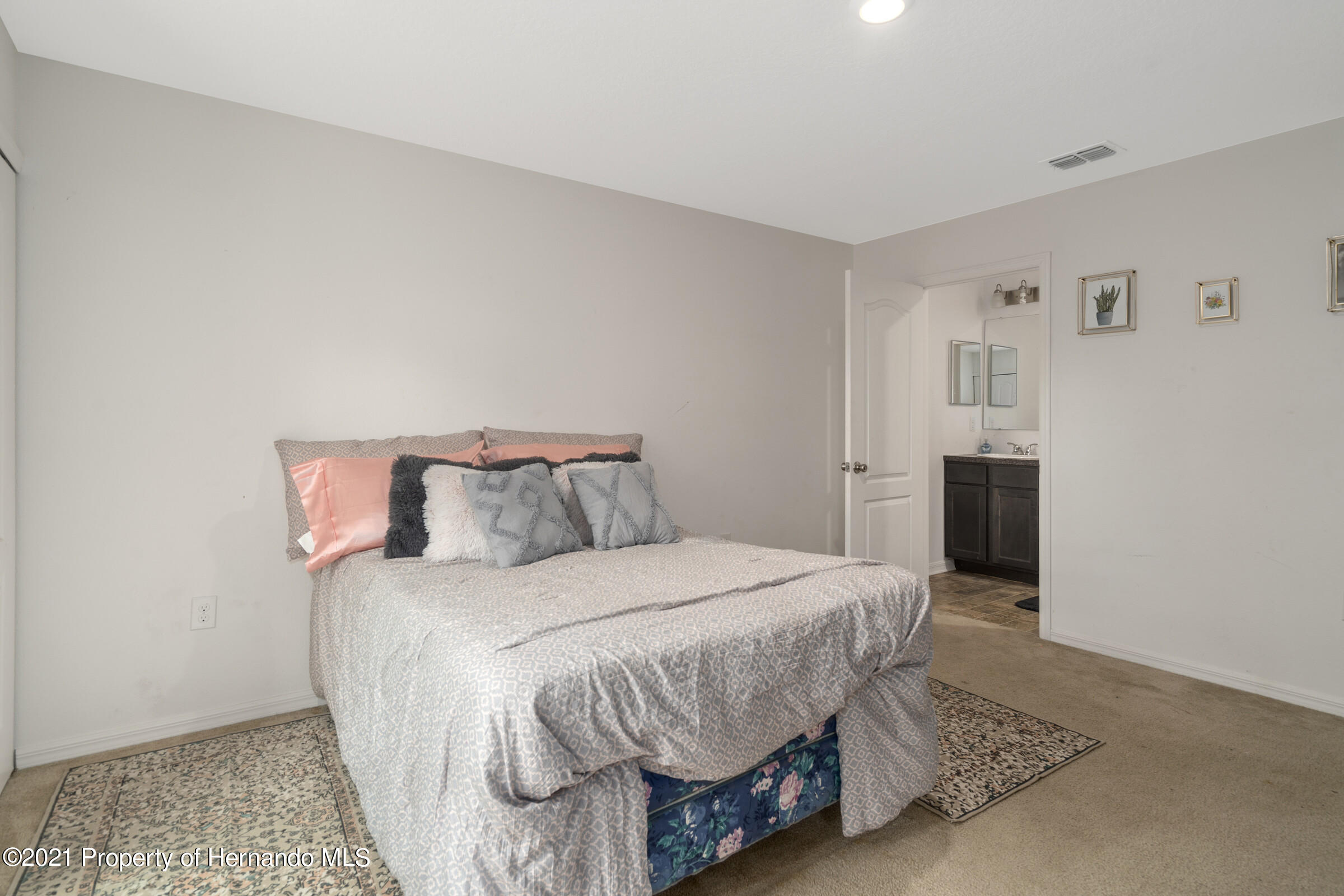 Listing photo id 32 for 16124 Cave Swallow Road