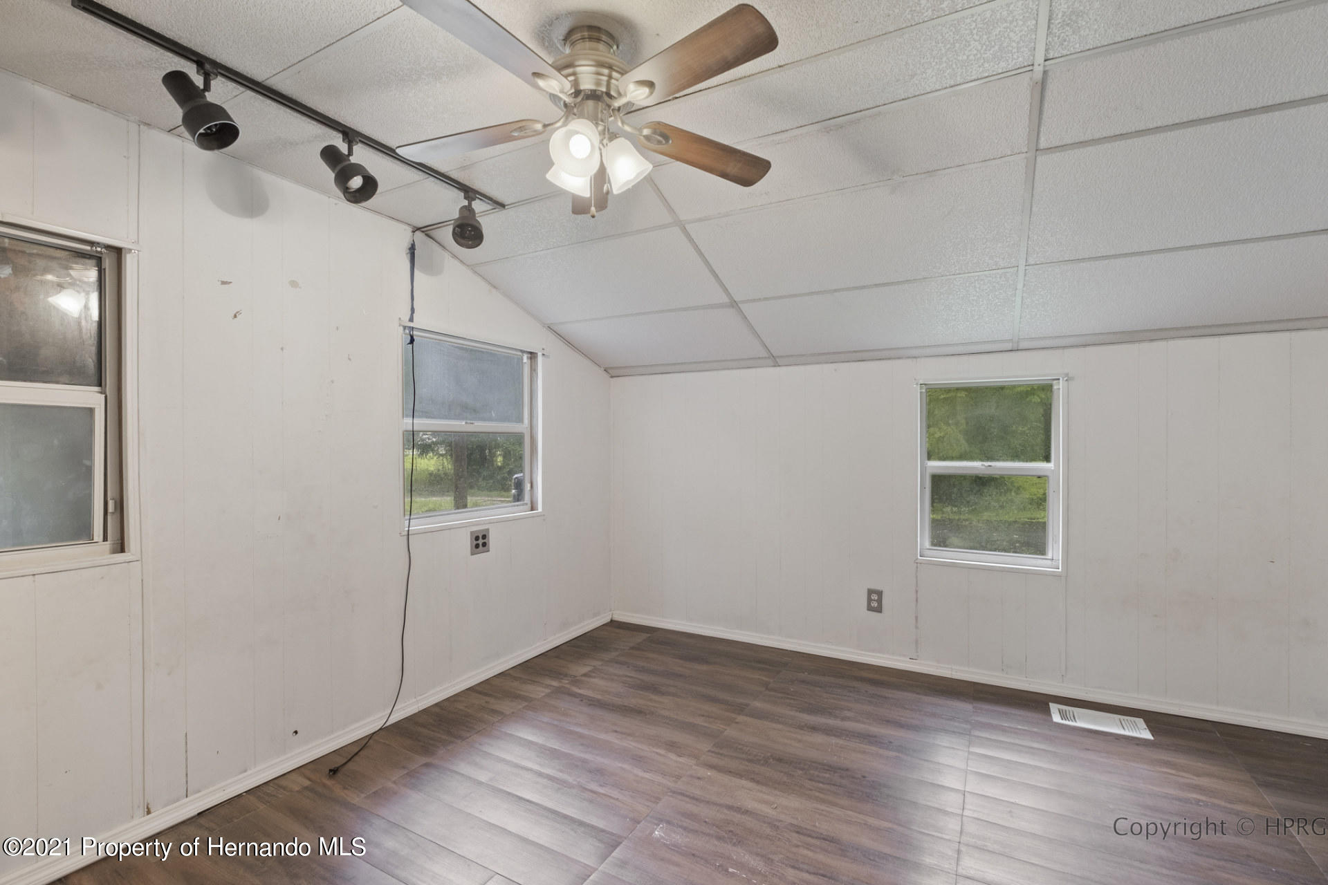 Listing photo id 13 for 7071 Lang Street