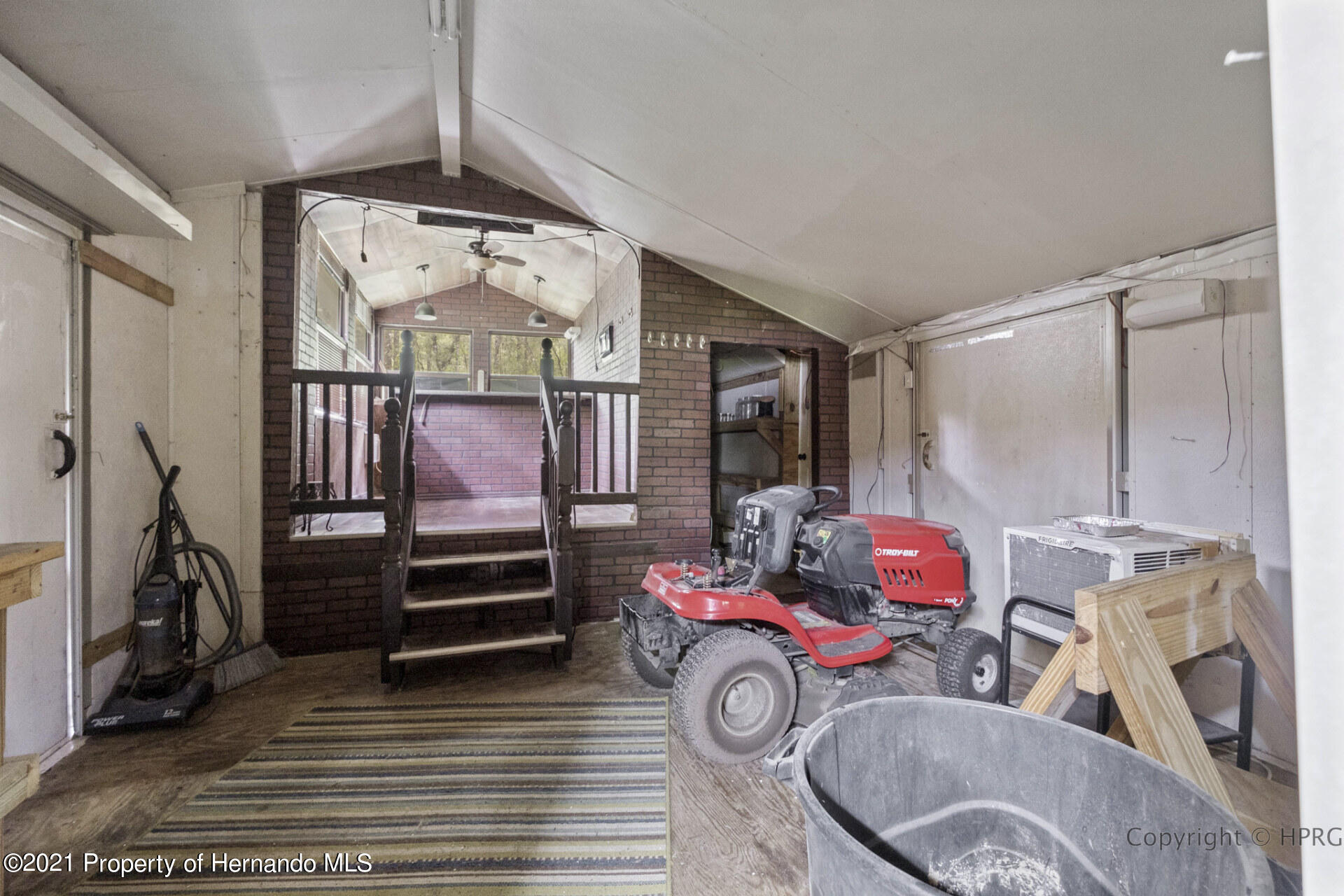 Listing photo id 21 for 7071 Lang Street