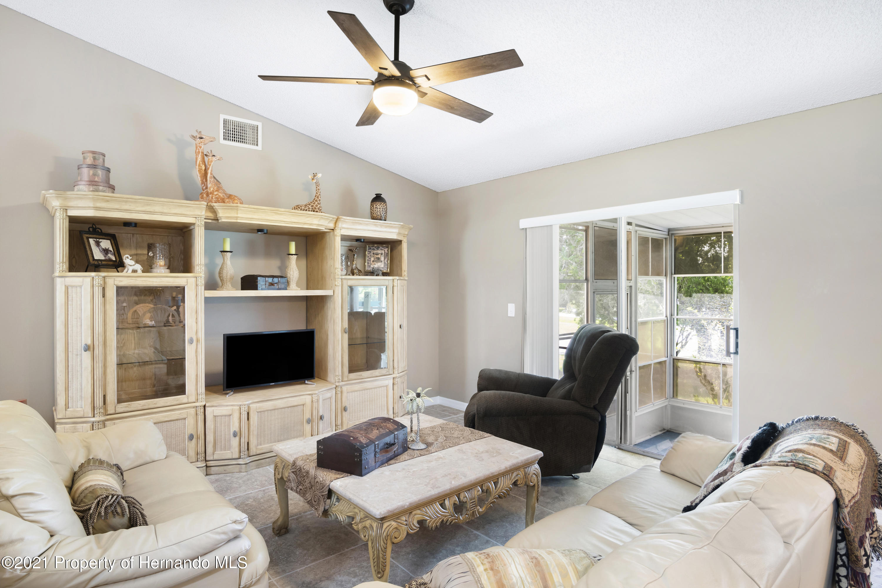 Listing photo id 6 for 4229 N Fillmore Street