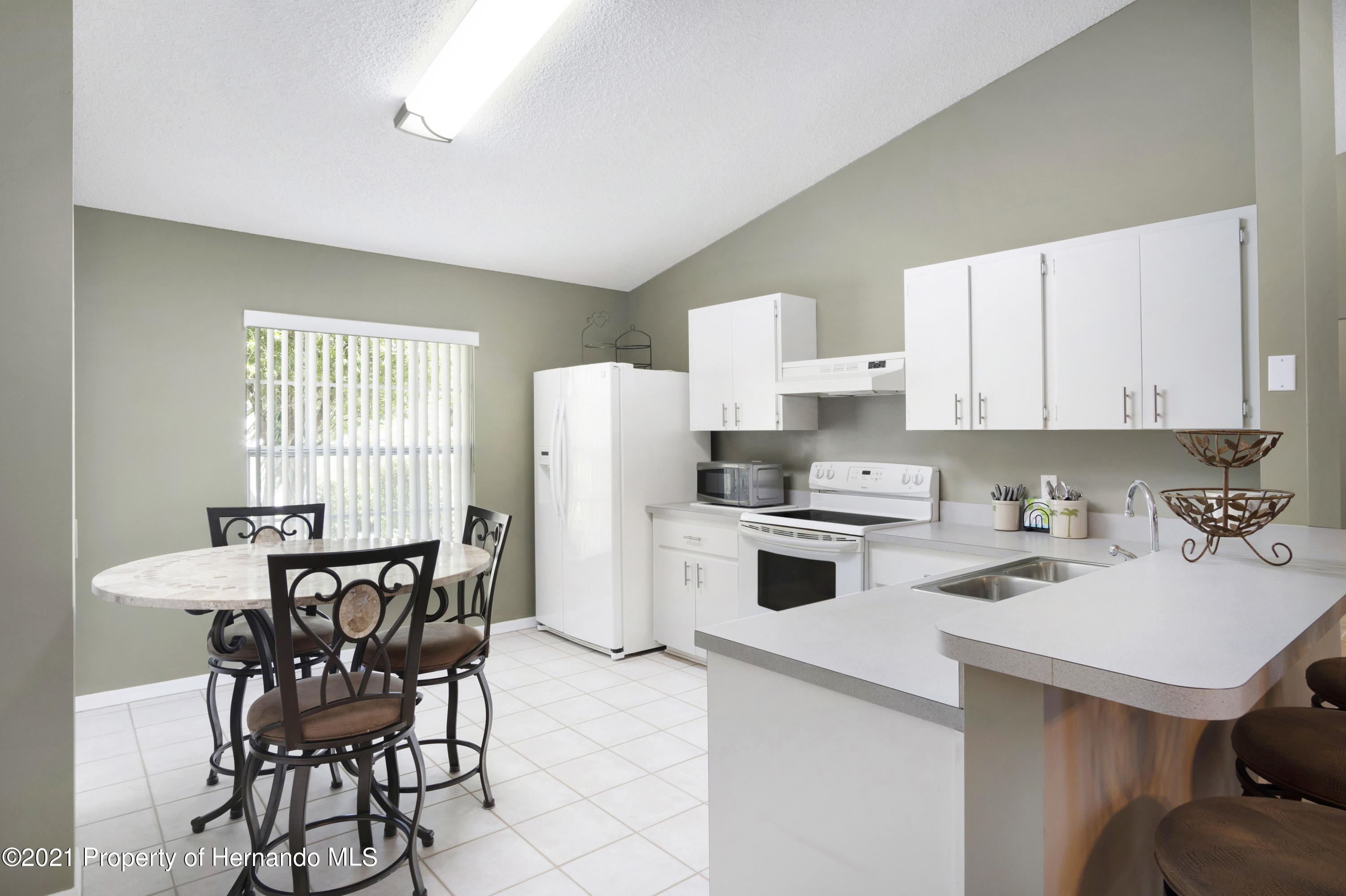 Listing photo id 9 for 4229 N Fillmore Street