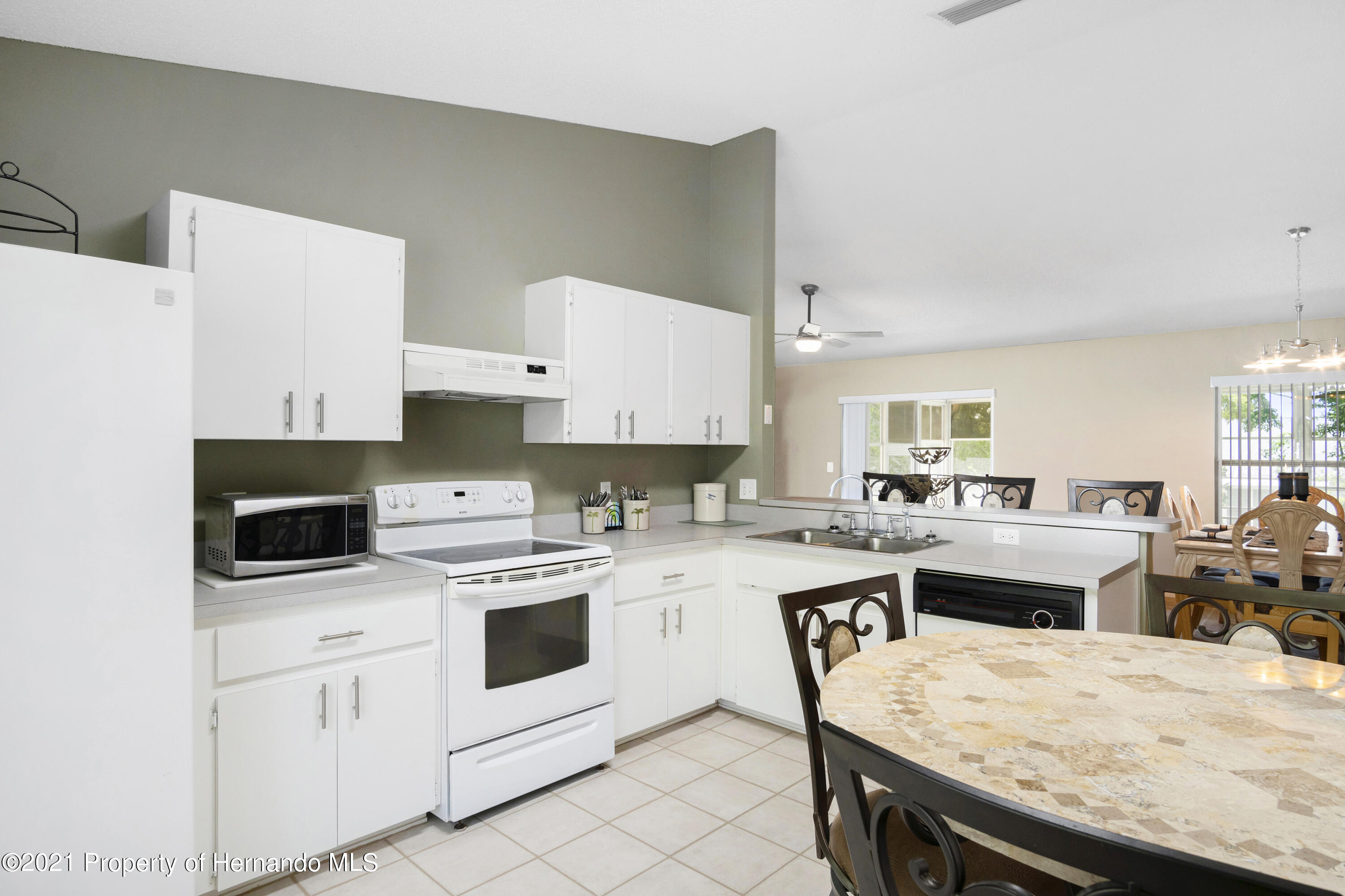 Listing photo id 10 for 4229 N Fillmore Street
