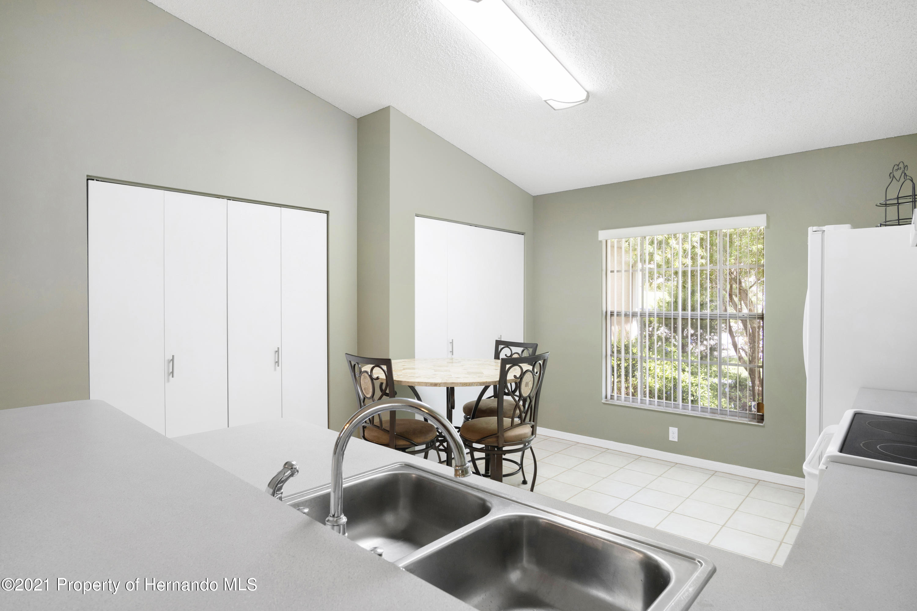 Listing photo id 11 for 4229 N Fillmore Street
