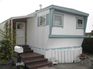 Single wide with a large enclosed porch!