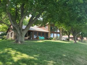2810 Breezy Heights Dr, Wahpeton, IA 51351