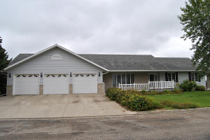 300 15th St SW, Jamestown, ND 58401