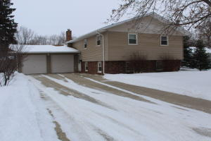 702 9th St NW, Jamestown, ND 58401