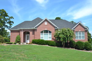 Custom built all brick 5412 Sq.Ft. basement ranch w/Bonus, All seasons rm, elegant LR & massive Rec Rm! Neigh pool, tennis & club house in Farragut! Priced 105K below tax appraisal & far below original 2002 purchase!
