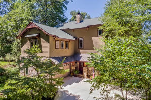 True Craftsman style Mountain Chalet Lake home near Downtown Knoxville!