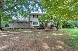Beautiful home on cul-de-sac in Farragut's prestigious Village Green!