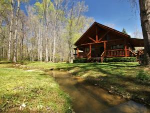 Beautiful, serene, private log cabin that feels like your own private hideaway!