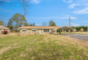 One level home on level lot close to Watts Bar and downtown Kingston.