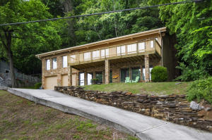 WOW! What an opportunity with easy access to both Knoxville and Maryville. Enjoy the Convenience!!