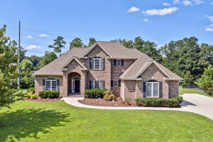All Brick Home on Large Lot (Over 1 Acre) in Premium Farragut Neighborhood