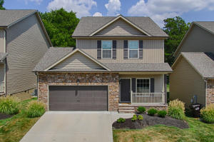 Open floor plan with today's finishes, convenient to Oak Ridge and all points West.