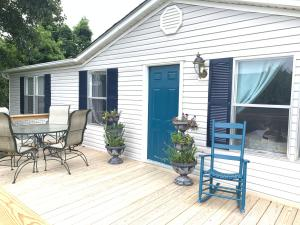Beautiful, welcoming, 20'x10' front deck