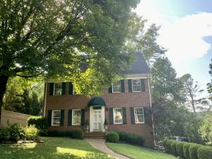 Located in prestigious Sequoyah Hills area, close to Homberg shopping, restaurants and Third Creek Greenway.
