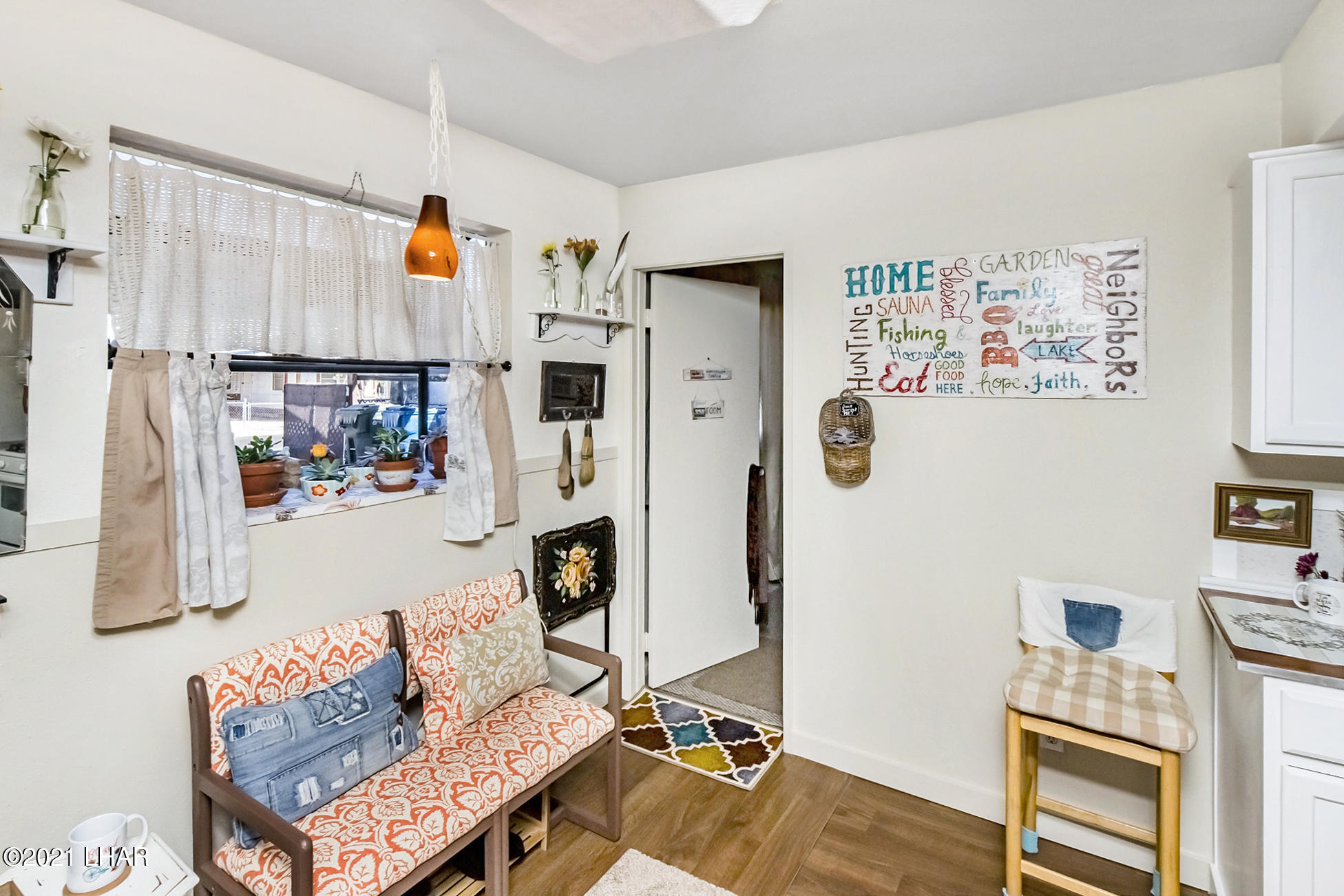Listing photo id 17 for 562 Mead