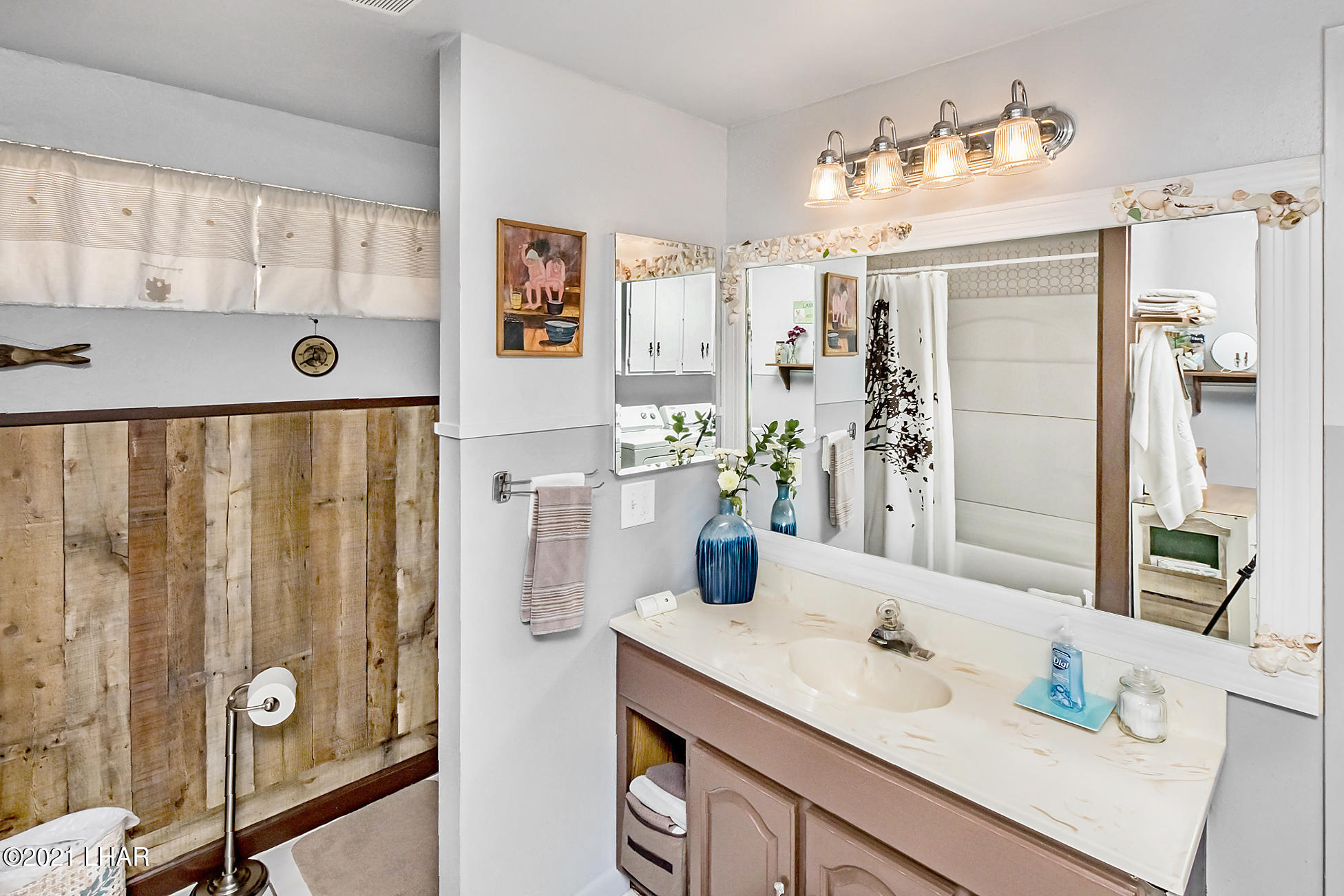 Listing photo id 28 for 562 Mead