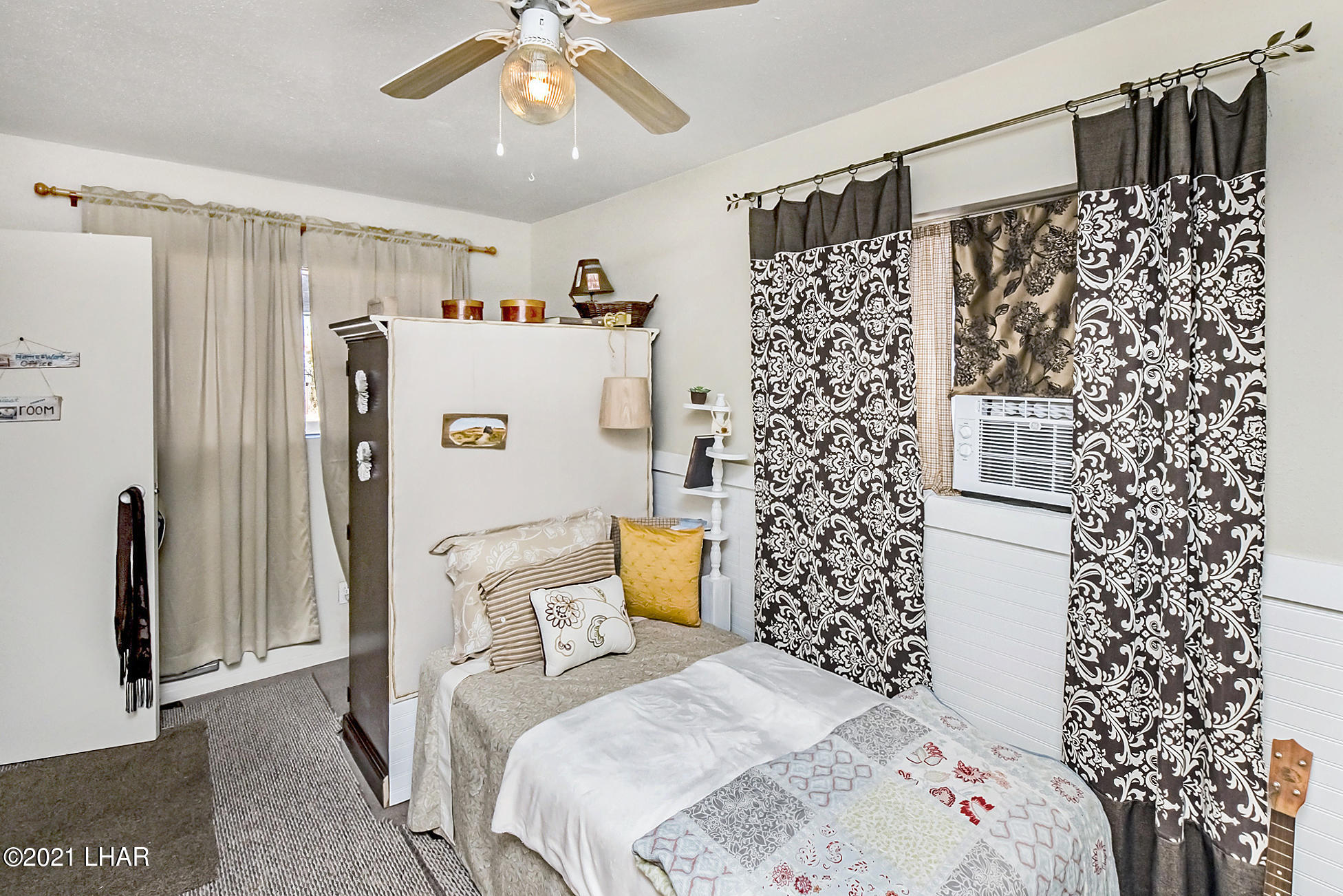 Listing photo id 32 for 562 Mead